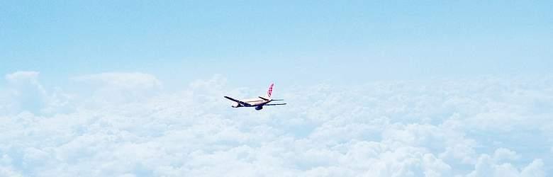 Flug mit Berge und Meer