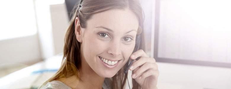 Frau erhalten, um den Anruf